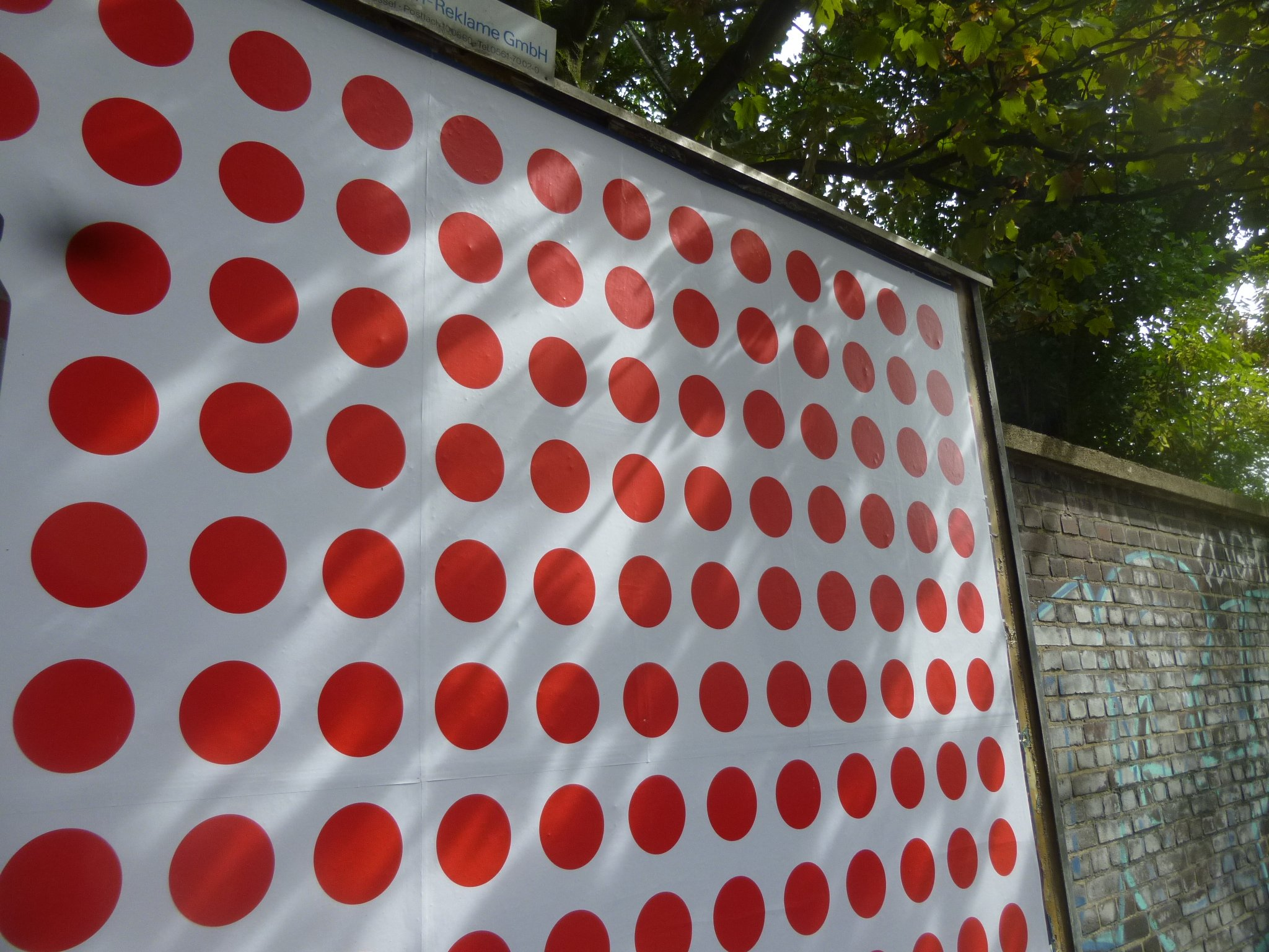 Rote Punkte - Plakatwand