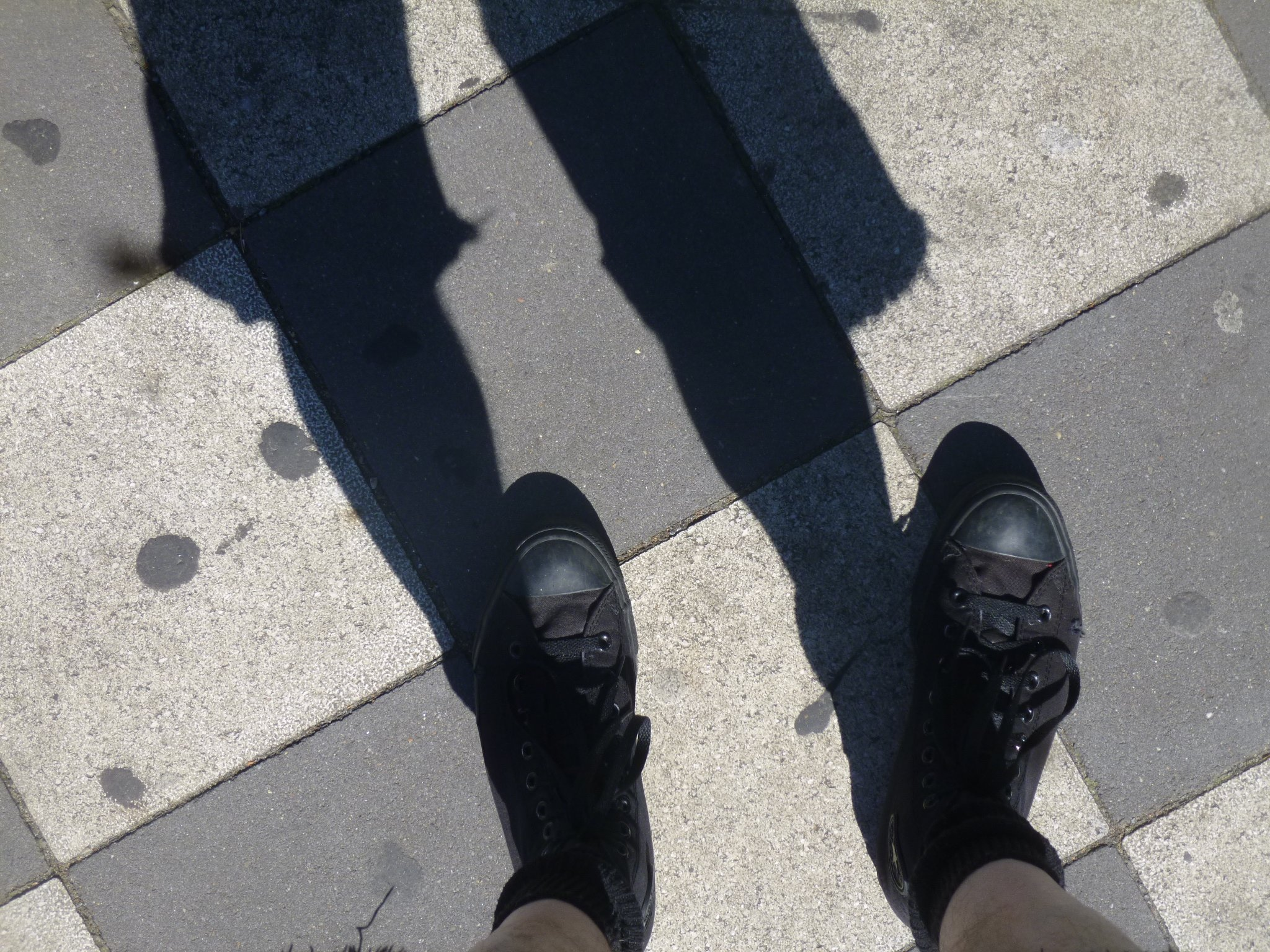 Schuhe - Schatten - Schachbrettmuster